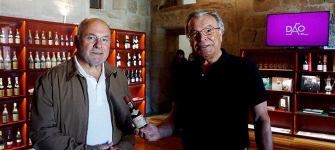 Garrafa de vinho do Dão autografada por Amália Rodrigues oferecida à CVR Dão